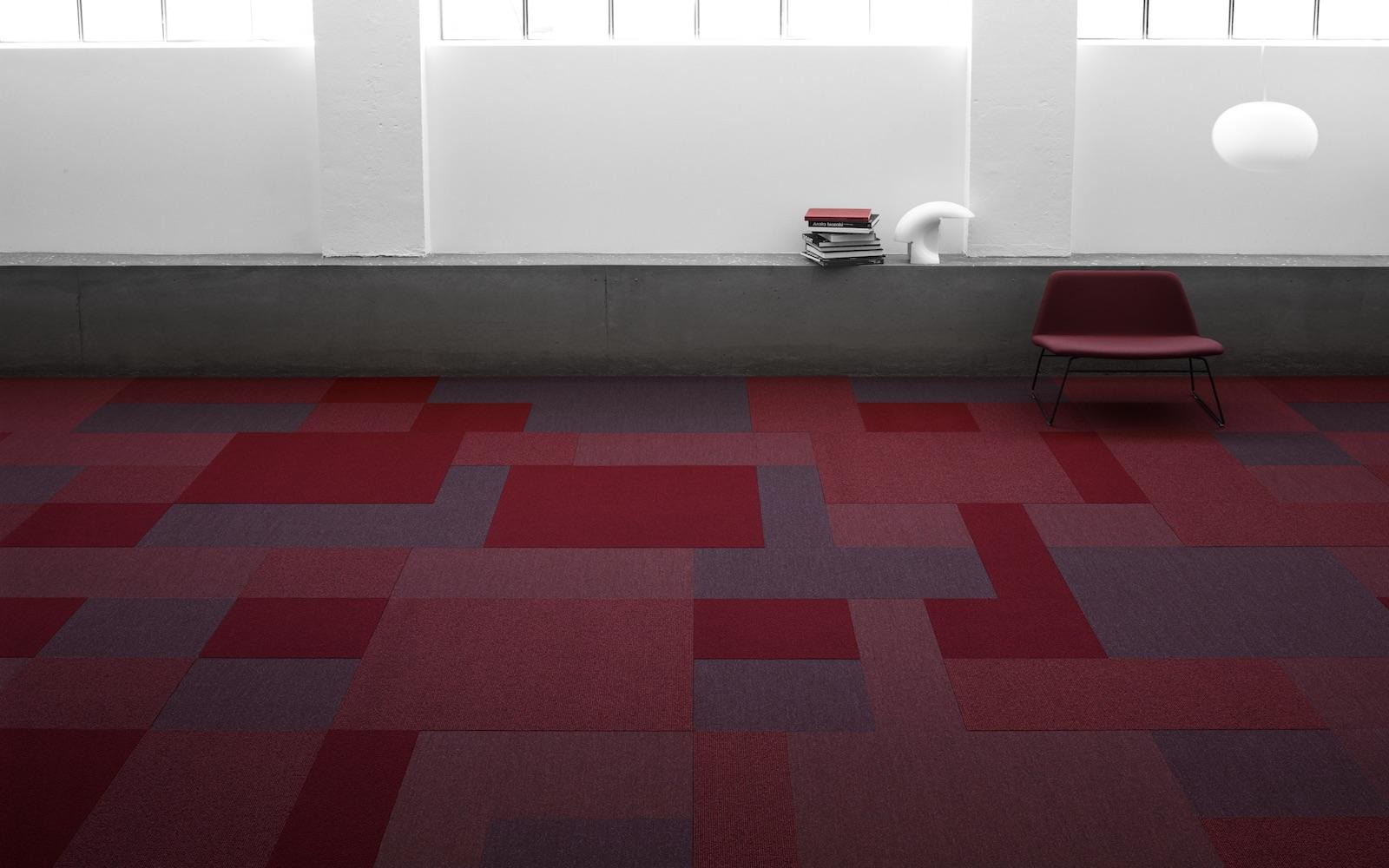 Dalles de moquette pour lieux publics dans des nuances de gris et de rouge