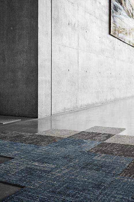 Dalles carrées sur sols en béton pour un look industriel