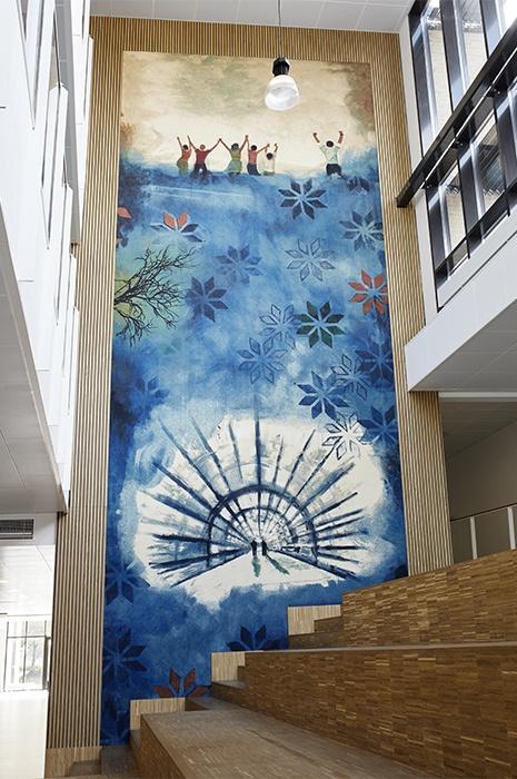 Grande tapisserie murale, colorée, qui montre que l'utilisation des moquettes ne se limitent pas qu'au sol