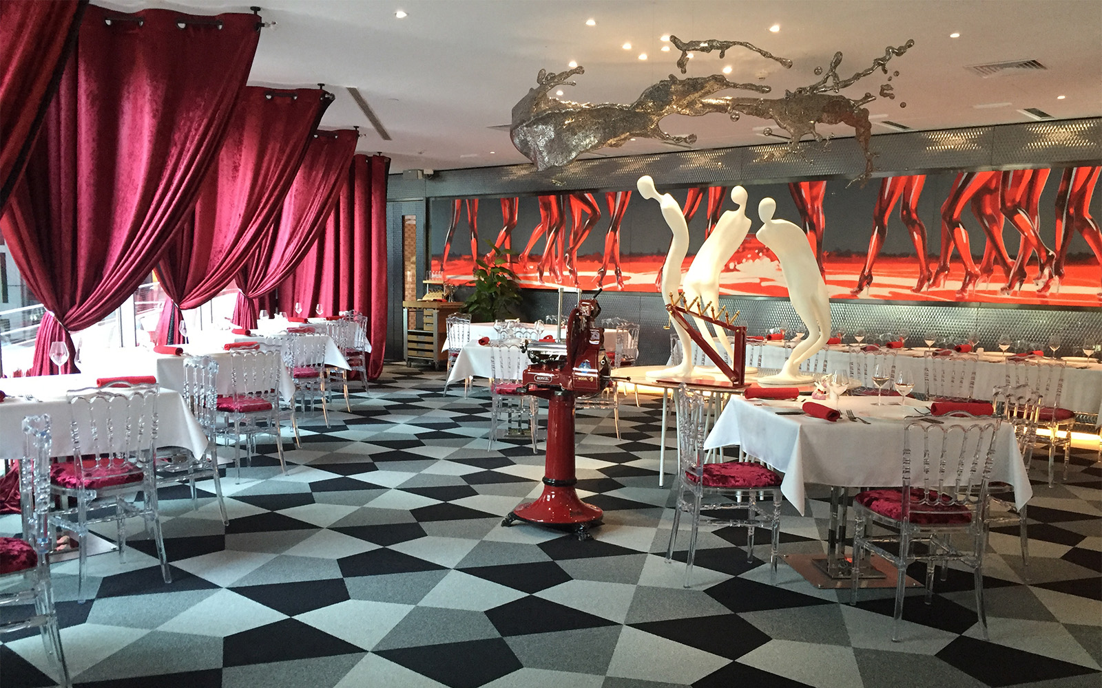 Dalles ege angulaires bleues, grises et noires, utilisées pour créer un effet d'optique dans un restaurant tendance