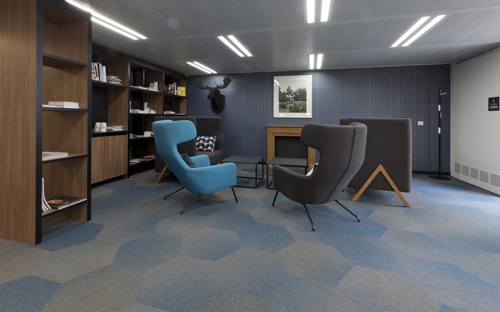 Dalles ege hexagonales en dégradé de bleu et de beige dans un bureau